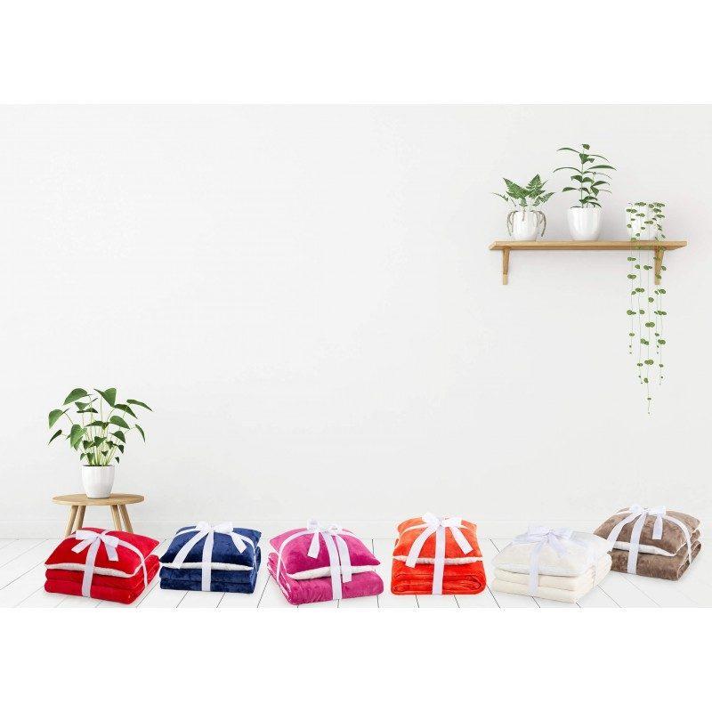 Mehek in topel set dekorativne odeje in vzglavnika Beatrice Solid iz kakovostnih mikrovlaken za prijetne trenutke udobja in sprostitev na vsakem koraku: v spalnici, dnevni sobi, na potovanju ali pikniku. Odejo in vzglavnik lahko uporabljate na obeh straneh. Na eni strani je izredno mehka tkanina v beli barvi, druga stran pa je v čudoviti barvni tkanini. Set dekorativne odeje in vzglavnika je lahko tudi odlično darilo, ki bo razveselilo vaše najbližje. Odeja in vzglavnik sta v celoti pralna na 30 °C.