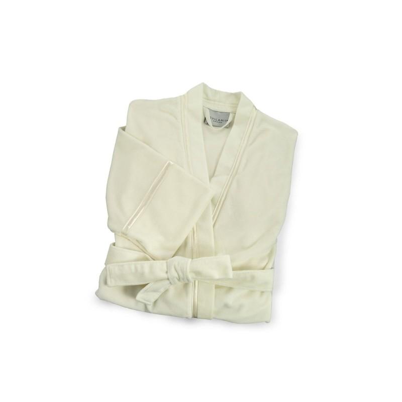 Ženski kopalni plašč Lucy iz kombinacije bombaža in mikrovlaken je še mehkejši in prijetnejši za uporabo, tako da ga boste z veseljem nosili. Kopalni plašč ima stranska žepa, ki omogočata še več udobja. Z modnim satenastim okrasnim trakom. Odlična izbira za v savno, wellness, fitnes ali po tuširanju. Kopalni plašč je pralen na 40 °C.