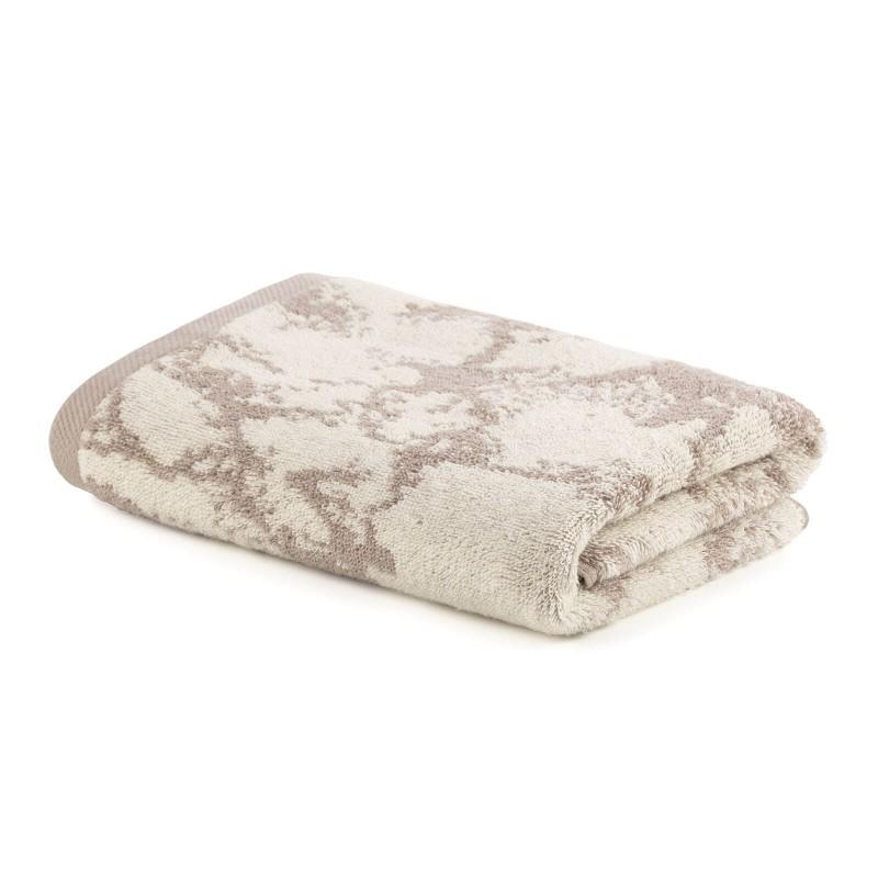 Doživite razkošno udobje v svoji kopalnici! Kakovostna brisača Prima J iz bombažnega frotirja je trpežna, mehka, vpojna in se hitro suši. Z žakardnim marmornim motivom in zaključnim peščenim robom. Brisača je pralna na 60 °C.