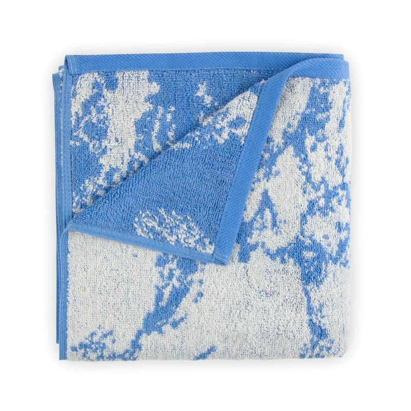 Doživite razkošno udobje v svoji kopalnici! Kakovostna brisača Prima J iz bombažnega frotirja je trpežna, mehka, vpojna in se hitro suši. Z žakardnim marmornim motivom in zaključnim modrim robom. Brisača je pralna na 60 °C.