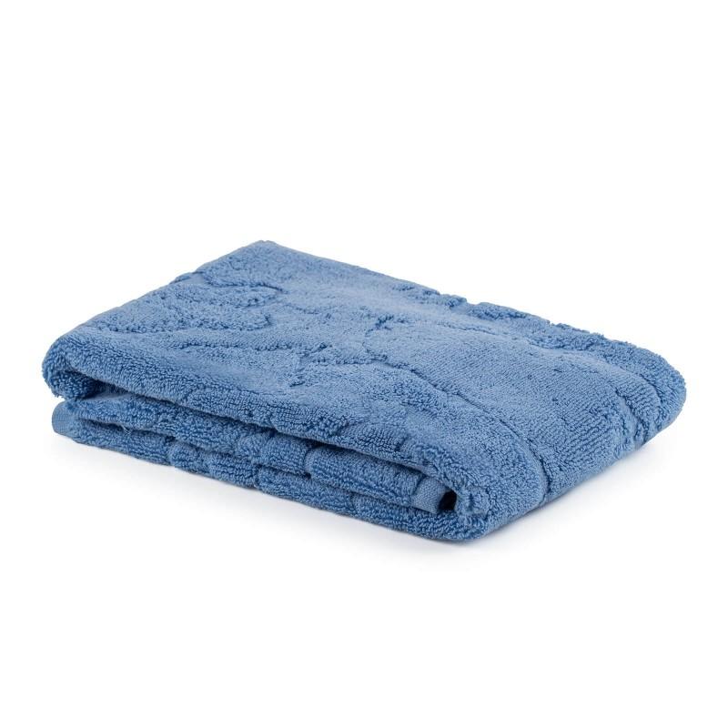 Kakovostna kopalniška preproga Prima iz bombažnega frotirja je trpežna, mehka, vpojna in se hitro suši. Je udobna za vaša stopala in idealna za hojo z bosimi nogami. Klasično enobarvno talno brisačo krasi čudovit žakardni vzorec. Kopalniška preproga je pralna na 60 °C.