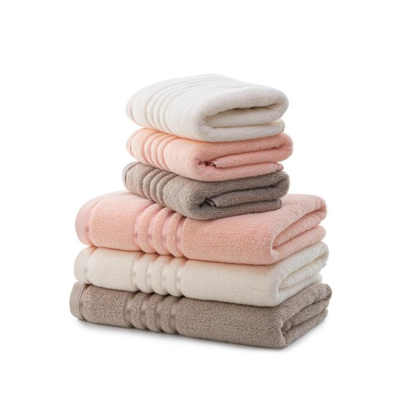 Brisača, ki se hitro suši. QuickDry brisače so narjene iz 100% dolgovlaknatega bombaža, ki se izjemno hitro posuši na zraku. Zaradi posebnih, dolgih vlaken bombaža je to najbolj vpojna in mehka brisača v tvoji kopalnici. Narejena je iz naravnih materialov, zato je odlična izbira za vse z občutljivo kožo. Obenem pa je tudi izjemno obstojna in je zato pralna v pralnem stroju na 60 °C in je primerna tudi za sušenje v sušilnem stroju, ki še dodatno pospeši že tako hitro sušenje.