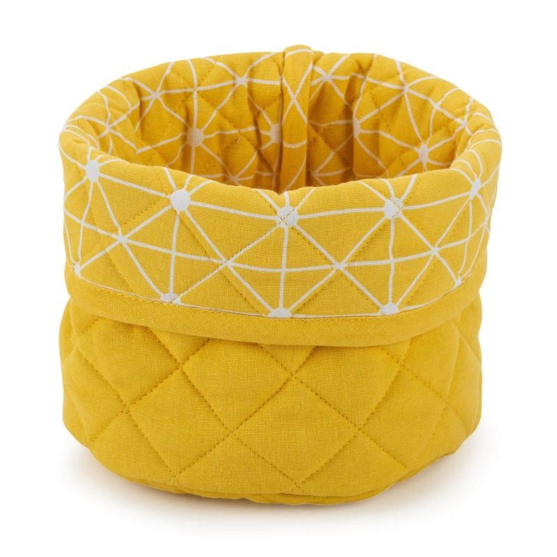 Okrogla košara je narejena iz bombažne tkanine in polnila iz kakovostnih mikrovlaken. Namenjena je shranjevanju različnih izdelkov, v njej pa lahko postrežete kruh in ostalo pekovsko pecivo. Moderen dizajn bo dal piko na i lepo urejeni kuhinji. Košara je pralna na 40 °C.