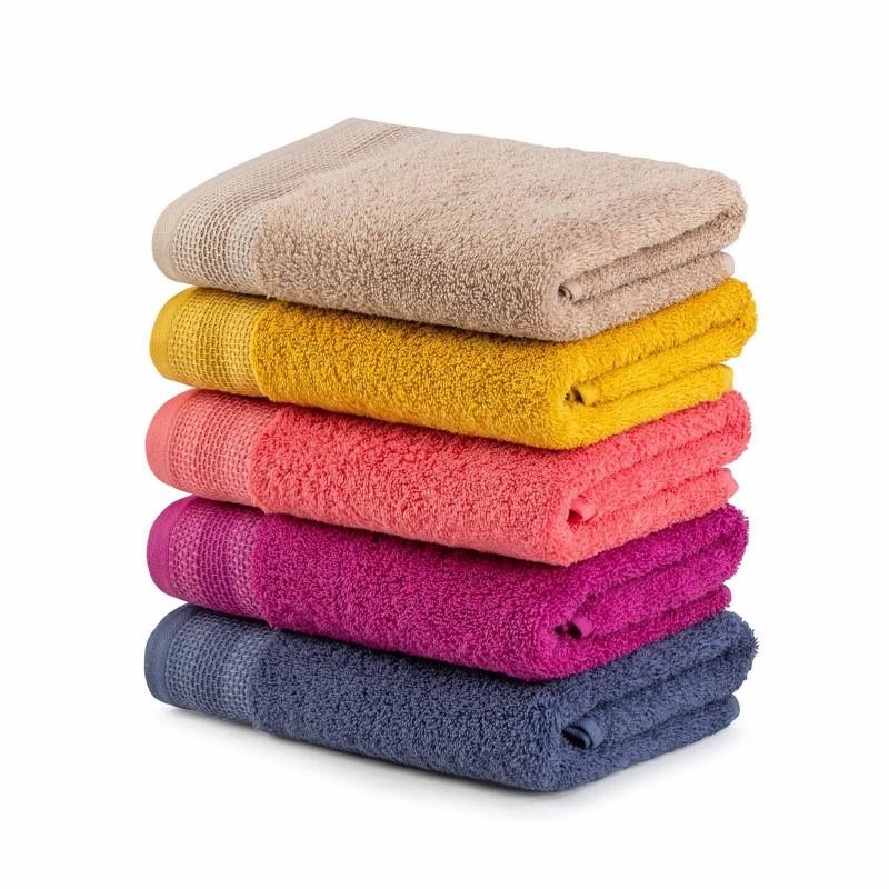 Kakovostna kopalniška brisača Svilanit Glam je izdelana iz naravnega 100 % bombaža. Trendi barve bodo navdušile vse ljubitelje močnih odtenkov, ki si upajo stopiti iz povprečja. Brisača je pralna v pralnem stroju na 60 °C in primerna tudi za sušenje v sušilnem stroju. Odlična izbira za vse z občutljivo kožo. Doživite barvito razkošje v svoji kopalnici!
