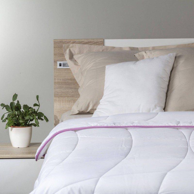 Lahka poletna odeja Lavender Provence Summer vas bo razvajala z mehkobo in udobjem v poletnih mesecih. Kakovostna mikrovlakna ClimaFill v polnilu odeje poskrbijo za mehkobo in volumen odeje, hrkati pa omogočajo izjemno zračnost, zaradi česar vam odeja nudi še boljši, predvsem pa suh spanec. Za dodatno ugodje med spanjem poskrbi nežen vonj sivke, ki pomirja, odpravlja živčno izčrpanost in nespečnost. Odeja je v celoti pralna na 60 °C.