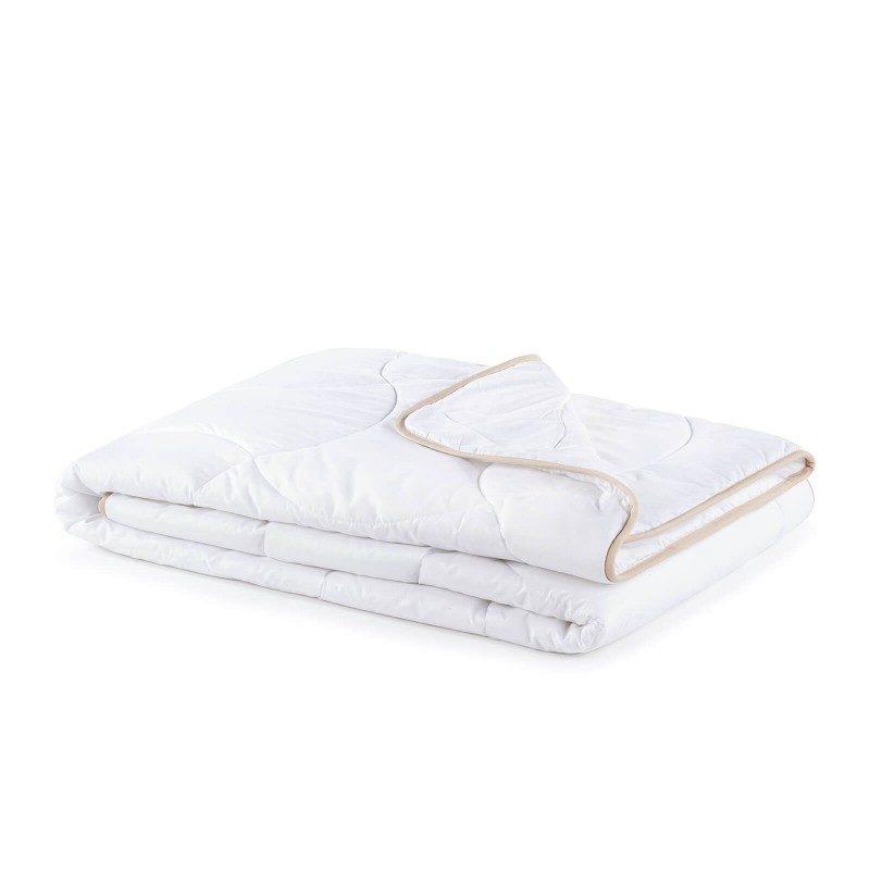 Celoletna odeja SleepBamboo z bambusovimi vlakni vas bo razvajala z udobjem v vseh letnih časih. Kombinacija kakovostnih mikrovlaken in naravnih bambusovih vlaken s svojo izjemno sposobnostjo vpijanja in odvajanja vlage nudi udobje tistim, ki se med spanjem veliko potite. Odeja je v celoti pralna na 60 °C.