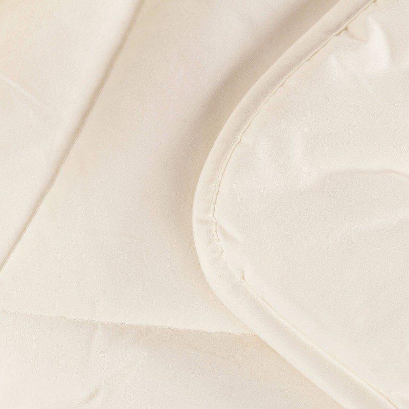 Topla zimska odeja Planica vas bo razvajala z udobjem in toploto v najhladnejših zimskih mesecih. Volnena odeja je popolna izbira za vse, ki cenite naravne materiale. 100 % merino volna daje odeji zračnost, saj uravnava telesno temperaturo in dobro odvaja vlago med spanjem. Volnena odeja je sinonim za popolno toploto in maksimalno udobje v mrzlih zimskih nočeh.