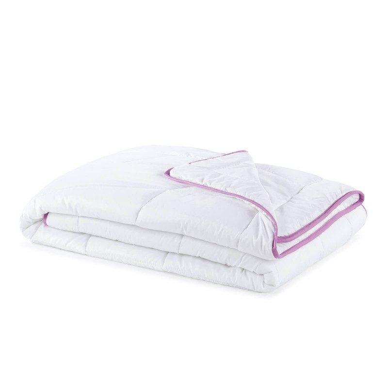 Celoletna odeja Lavender Provence vas bo razvajala z udobjem v vseh letnih časih. Kakovostna mikrovlakna ClimaFill v polnilu odeje poskrbijo za mehkobo in volumen odeje, hrkati pa omogočajo izjemno zračnost, zaradi česar vam odeja nudi še boljši, predvsem pa suh spanec. Za dodatno ugodje poskrbi nežen vonj sivke, ki pomirja, odpravlja živčno izčrpanost in nespečnost. Odeja je v celoti pralna na 60 °C.