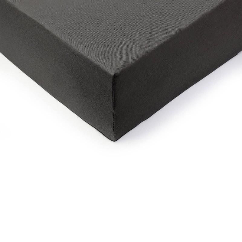 Vrhunska napenjalna rjuha Lyon je narejena iz 100 % česanega bombaža. Česani bombaž je izjemno mehka različica bombaža, izdelana iz posebej obdelanih vlaken, preden jih spletejo v prejo. Jersey način tkanja ustvarja elastično napenjalno rjuho, ki se ne mečka in se odlično prilega ležišču. Rjuha ima po celotnem robu elastiko za lažje vpenjanje na ležišče. Zaradi svojih dimenzij je primerna tudi za višja ležišča do višine 25 cm. Rjuha je pralna 60 °C.