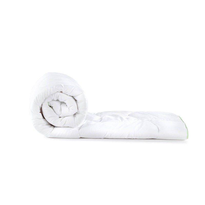 Celoletna odeja AloeVera ClimaFill vas bo razvajala z udobjem v vseh letnih časih. Kakovostna mikrovlakna ClimaFill v polnilu odeje poskrbijo za mehkobo in volumen odeje, hrkati pa omogočajo izjemno zračnost, zaradi česar vam odeja nudi še boljši, predvsem pa suh spanec. Za dodatno ugodje poskrbi esenca aloe vere, ki ugodno vpliva na občutljivo kožo. Odeja je v celoti pralna na 60 °C.
