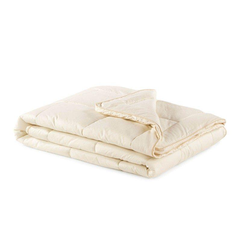 Celoletna odeja Bamboo z bambusovimi vlakni vas bo razvajala z udobjem v vseh letnih časih. Bambusova odeja je popolna izbira za vse, ki cenite naravne materiale. 100 % nebeljen bombaž in bambusova vlakna s svojo izjemno sposobnostjo vpijanja in odvajanja vlage nudita udobje tistim, ki se med spanjem veliko potite. Odeja je v celoti pralna na 60 °C.