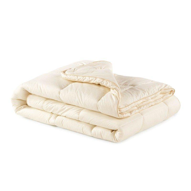 Topla zimska odeja Bamboo Winter z bambusovimi vlakni vas bo razvajala z udobjem in toploto v najhladnejših zimskih mesecih. Bambusova odeja je popolna izbira za vse, ki cenite naravne materiale. 100 % nebeljen bombaž in bambusova vlakna s svojo izjemno sposobnostjo vpijanja in odvajanja vlage nudita udobje tistim, ki se med spanjem veliko potite. Odeja je v celoti pralna na 60 °C.