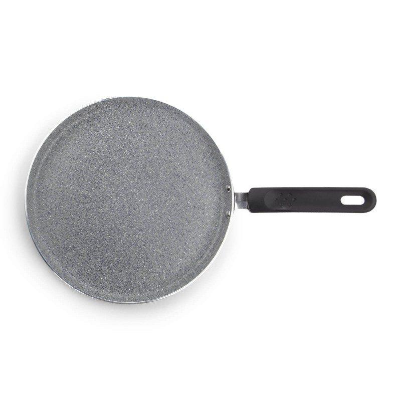 Ponev za palačinke Black Lava Stone premera 25 cm spada v rang premium posode z inovativnim in tehnološko dovršenim hrapavim mineralnim premazom, razvitim v Švici. Neoprijemljiv premaz v videzu vulkanskega kamna omogoča naraven način kuhanja in pečenja, z malo maščobami. Hrana tako zadrži vse potrebne vitamine in minerale, ki jih naše telo potrebuje za zdrav način življenja. Primerna je za vsa kuhališča, tudi indukcijo, enostavna za pomivanje, tudi v pomivalnem stroju. Vsa posoda iz linije Black Lava Stone temelji na večslojni sestavi, s čimer je zagotovljena dolga življenjska doba ter visoka stopnja odpornosti in vzdržljivosti posode.
