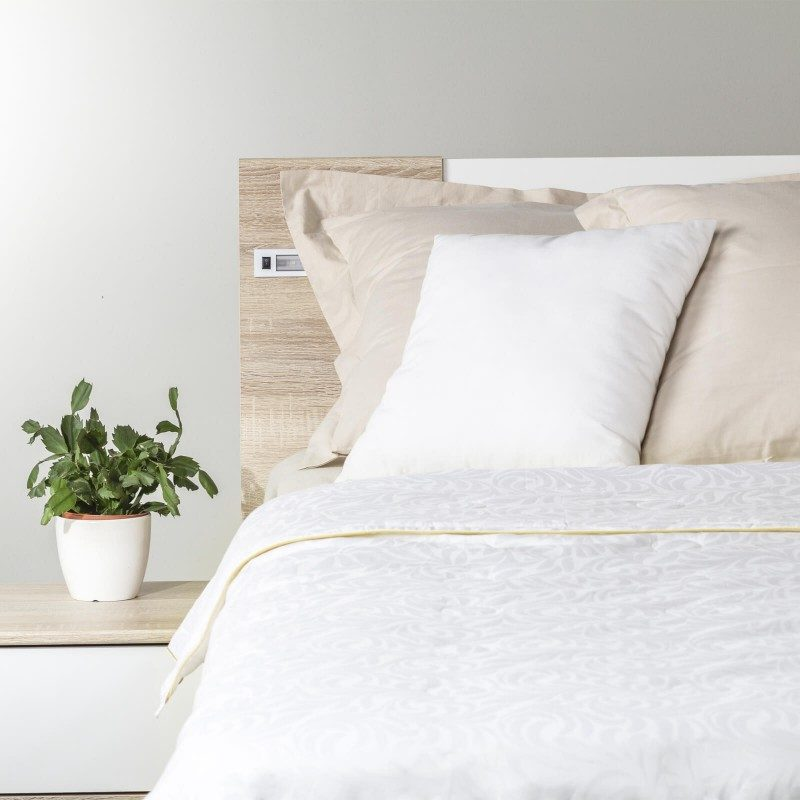 Lahka poletna odeja Victoria's Silk Summer vas bo razvajala z mehkobo in udobjem v poletnih mesecih in prehodnih obdobjih. Svilena odeja je popolna izbira za vse, ki prisegate na naravne materiale. 100 % naravna mulberry svila diha z vami in ima odlične sposobnosti uravnavanja temperature ter tako zagotavlja prijeten spanec in luksuzno udobje.