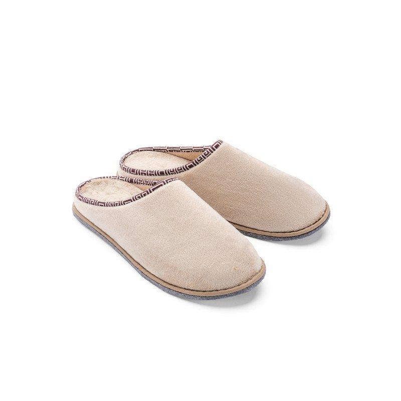 Lahkoten korak za vaša stopala, da jim podarite kar največje udobje! Mehki sobni copati SoftTouch Home so narejeni iz kakovostnih mikrovlaken, ki dajejo še izdatnejši občutek mehkobe in udobja. Enobarvni copati s trdim podplatom in tanjšim dekorativnim robom za prijetno poživitev. Na voljo so v različnih barvah in so primerni za moške. Copati niso primerni za strojno pranje.
