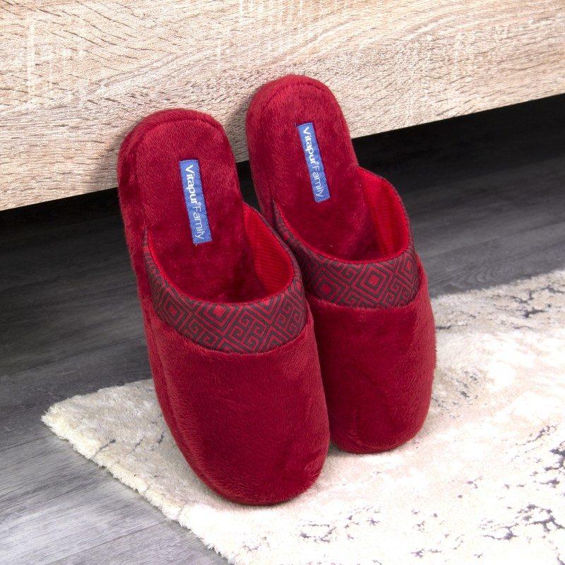 Lahkoten korak tako za velika kot majhna stopala, da jim podarite kar največje udobje! Mehki sobni copati SoftTouch Home so narejeni iz kakovostnih mikrovlaken, ki dajejo še izdatnejši občutek mehkobe in udobja. Enobarvni copati z mehkim podplatom in dekorativnim robom za prijetno poživitev. Na voljo so v različnih barvah in so primerni za ženske. Copati niso primerni za strojno pranje.