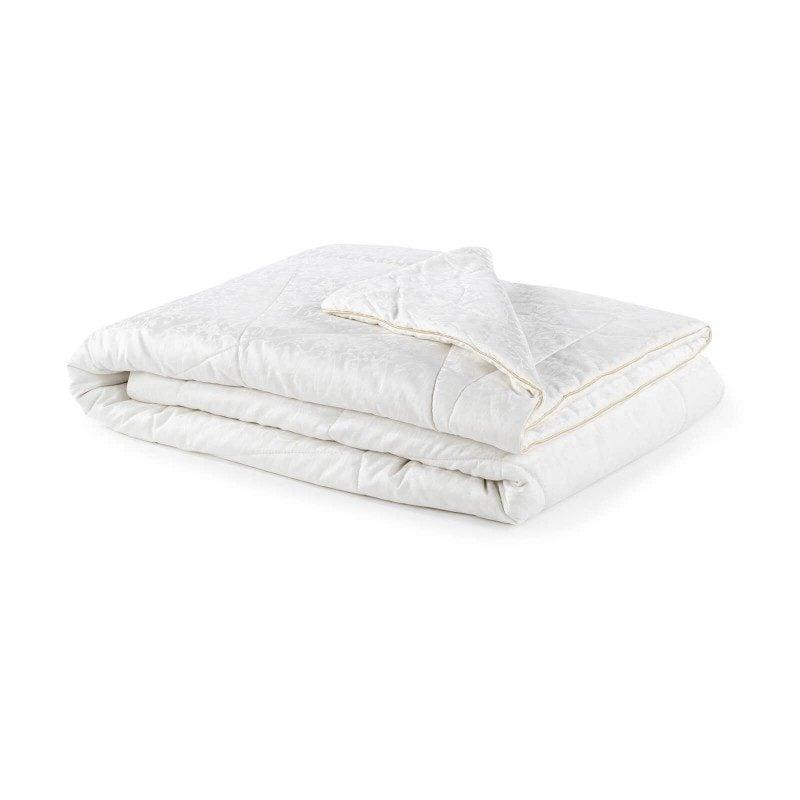 Celoletna svilena odeja Royal Sleep Diana vas bo razvajala z udobjem in razkošjem najboljše svile skozi vse leto. Svilena odeja je popolna izbira za vse, ki cenite naravne materiale. Naravna mulberry svila v polnilu odeje diha z vami in ima odlične sposobnosti uravnavanja temperature ter tako zagotavlja prijeten spanec in luksuzno udobje. Odeja je v celoti pralna na 30 °C.