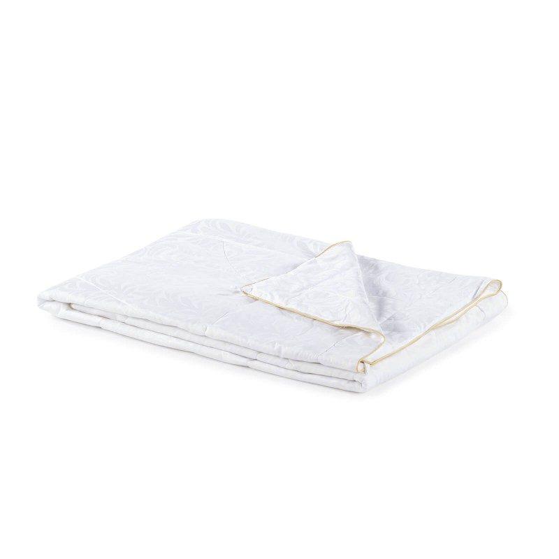 Celoletna svilena odeja Victoria's Silk vas bo razvajala z udobjem in razkošjem najboljše svile skozi vse leto. Svilena odeja je popolna izbira za vse, ki cenite naravne materiale. Naravna mulberry svila v polnilu odeje diha z vami in ima odlične sposobnosti uravnavanja temperature ter tako zagotavlja prijeten spanec in luksuzno udobje.