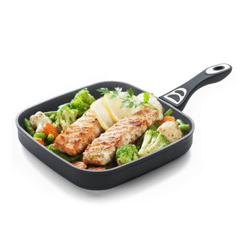 Žar ponev Black Lava Stone premera 26 cm spada v rang premium posode z inovativnim in tehnološko dovršenim hrapavim mineralnim premazom, razvitim v Švici. Neoprijemljiv premaz v videzu vulkanskega kamna omogoča naraven način kuhanja in pečenja, z malo maščobami. Hrana tako zadrži vse potrebne vitamine in minerale, ki jih naše telo potrebuje za zdrav način življenja. Primerna je za vsa kuhališča, tudi indukcijo, enostavna za pomivanje, tudi v pomivalnem stroju. Vsa posoda iz linije Black Lava Stone temelji na večslojni sestavi, s čimer je zagotovljena dolga življenjska doba ter visoka stopnja odpornosti in vzdržljivosti posode.