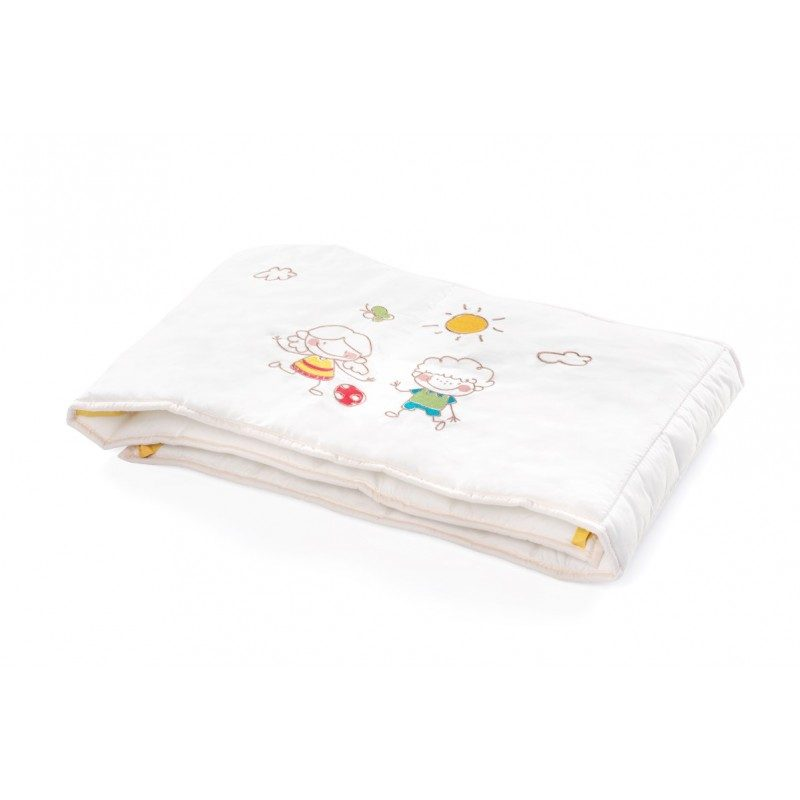 Prijetno mehka obroba za otroško posteljico vetrček Junior preprečuje bolečine ob udarcu otroka v leseni oz. trši del posteljice.