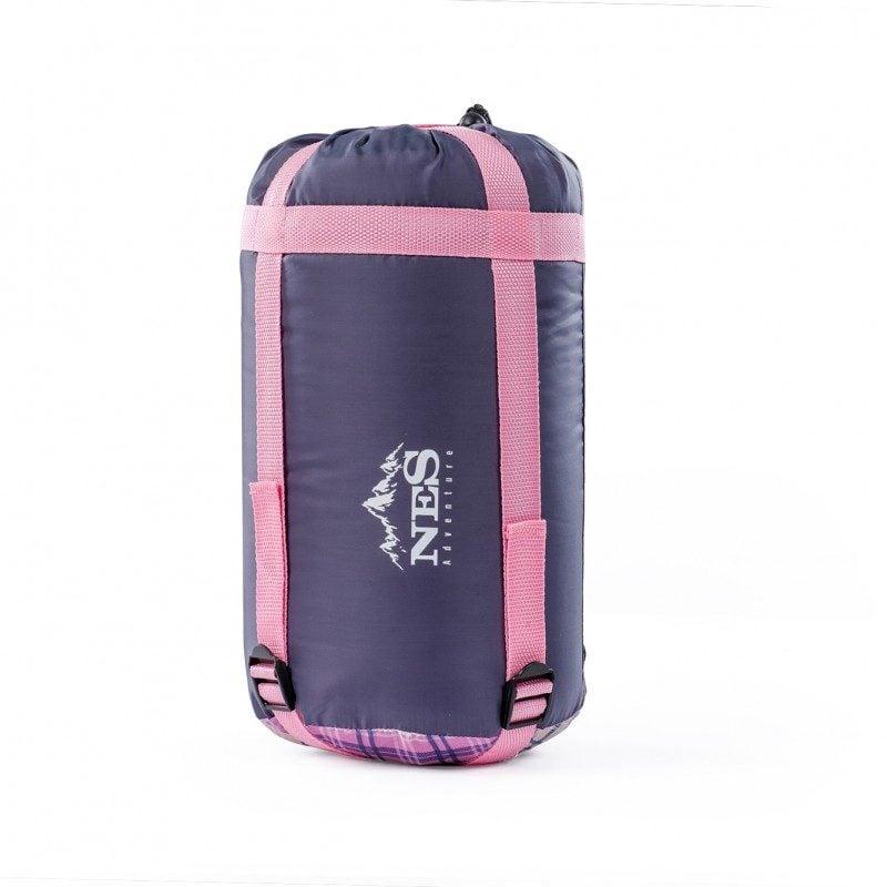 Udobna in prostorna spalna vreča, zasnovana na sodoben in moderen način, primerna za taborjenja. Dimenzije 55 x 70 x 200 cm.
