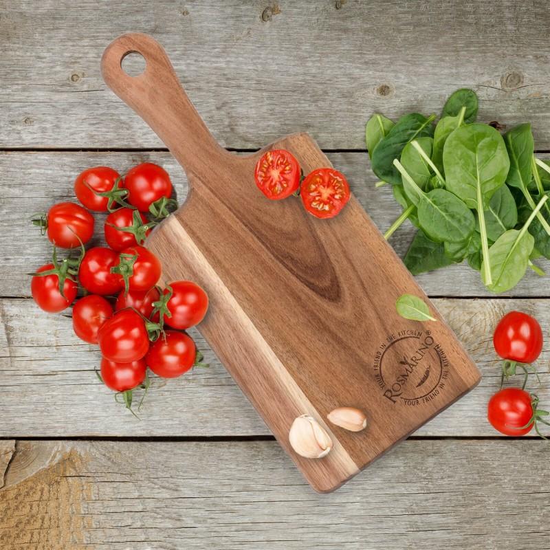 Manjša deska iz akacijevega lesa Rosmarino je nepogrešljiva za uporabo v domači kuhinji. Izdelana je iz naravnega akacijevega lesa, ki je v gospodinjstvu vse bolj priljubljen zaradi svoje vzdržljivosti in trdnosti. Akacijev les velja za zelo obstojen, trden material z dolgo življenjsko dobo. Je zlatorjave ali rumenorjave barve, elastičen in zelo upogljiv. Deske iz akacijevega lesa so trpežne, primerne za rezanje najrazličnejše hrane. Deska ima daljši lesen ročaj, ki služi za lažje prenašanje. Desko operete pod tekočo vodo in obrišete s suho krpo.