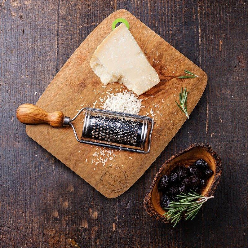 2-delni set bambusovih desk Rosmarino je nepogrešljiv za uporabo v domači kuhinji. Deski sta izdelani iz naravnega bambusovega lesa, ki je v gospodinjstvu vse bolj priljubljen zaradi svoje vzdržljivosti. Bambusov les velja za zelo obstojen, trden material z dolgo življenjsko dobo. Čeprav je lahek, so deske iz bambusovega lesa trpežne, primerne za rezanje najrazličnejše hrane. Na robu deske je luknja s trpežno plastično obrobo, ki služi za lažje prenašanje in enostavnejše shranjevanje. Deski operete pod tekočo vodo in obrišete s suho krpo.