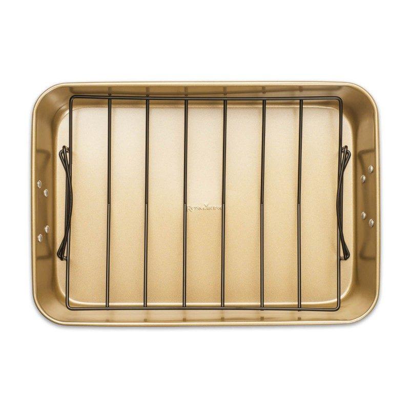 Pekač z mrežico Rosmarino Baker Golden iz visokokakovostnega karbonskega jekla in modernega videza v zlati barvi bo vaš novi nepogrešljiv pripomoček pri peki. Zahvaljujoč jekleni mrežici, bo meso med peko dvignjeno od pekača, vsa odvečna maščoba, ki se sprosti ob peki pa bo odtekla na dno pekača. Neoprijemljiv premaz z učinkom vročega kamna omogoča edinstven pristop k peki, saj boste lahko uporabili nič ali minimalno količino maščob. Zaradi sestave iz karbonskega jekla je pekač odporen tudi na visoke temperature, do 240 °C, primeren za hrambo v hladilniku in pomivanje v pomivalnem stroju. Idealen pripomoček za peko raznovrstnega mesa in zelenjave.