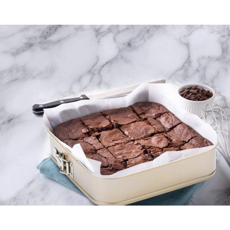 Oglati pekač Rosmarino Baker Golden 28 cm iz visokokakovostnega karbonskega jekla in modernega videza v zlati barvi bo vaš novi nepogrešljiv pripomoček pri peki. Neoprijemljiv premaz z učinkom vročega kamna omogoča edinstven pristop k peki, saj boste lahko uporabili nič ali minimalno količino maščob. Hrana se tako ne bo oprijela pekača, njeno odstranjevanje bo enostavno, brez uporabe kuhinjskih pripomočkov. Pekač ima snemljiv obod, ki se ga enostavno odstrani z zaklopko iz nerjavečega jekla, ki preprečuje uhajanje tekočine med peko. Zaradi sestave iz karbonskega jekla je pekač odporen tudi na visoke temperature, do 240 °C, primeren za hrambo v hladilniku in pomivanje v pomivalnem stroju. Idealen pripomoček za peko tort, pit in drugega peciva.