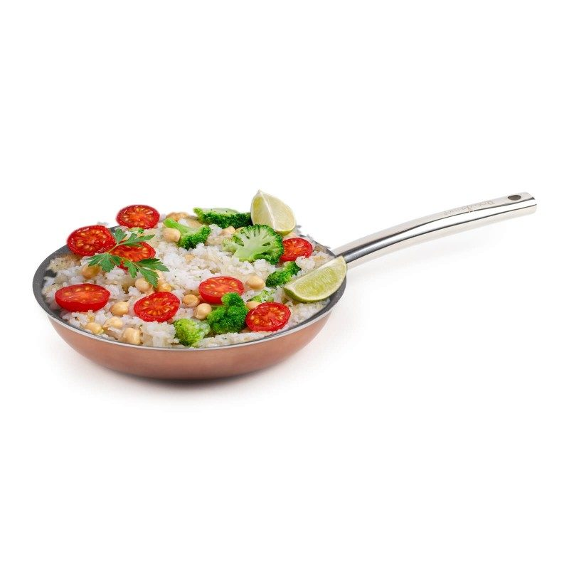 Ponev Basté premera 24 cm z učinkom kuhanja na vročem kamnu in neoprijemljivim gladkim mineralnim premazom omogoča naraven način kuhanja in pečenja, z malo maščobami. Hrana tako zadrži vse potrebne vitamine in minerale, ki jih naše telo potrebuje za zdrav način življenja. Primerna je za vsa kuhališča, tudi indukcijo, enostavna za pomivanje, tudi v pomivalnem stroju. Vsa posoda iz linije Basté temelji na večslojni sestavi, s čimer je zagotovljena dolga življenjska doba ter visoka stopnja odpornosti in vzdržljivosti posode.