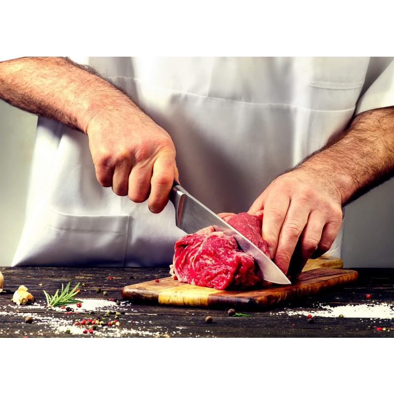 Popoln kuhinjski nož Rosmarino Blacksmith's Chef za vse kuharske mojstre ali začetnike! Večji nož je s svojo obliko idealen za rezanje najrazličnejše hrane. Rezilo je izdelano iz nerjavečega jekla nemške kakovosti, trpežen ročaj pa je iz brizgane visokokakovostne ABS plastike, kar omogoča maksimalne obremenitve. Profesionalna ostrina vam bo v veliko pomoč, ko boste morali hitro in natančno narezati tako večje kot tudi manjše kose hrane. Prednost noža je obojestransko ročno ostreno rezilo, pod kotom 15° za dolgotrajno ostrino in vzdržljivost. Nož je zaradi posebnega brušenja dodatno odporen na korozijo, rjo in madeže. Nož je enostaven za čiščenje pod tekočo vodo z malo detergenta.
