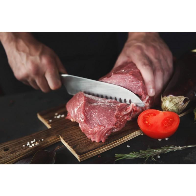 Popoln kuhinjski nož Rosmarino Blacksmith's Santoku za vse kuharske mojstre ali začetnike! Nož je s svojo široko obliko rezila v japonski kuhinji poimenovan kot nož treh vrlin, saj ima dobre lastnosti za rezanje zelenjave, rib in mesa. Rezilo je izdelano iz nerjavečega jekla nemške kakovosti, trpežen ročaj pa je iz brizgane visokokakovostne ABS plastike, kar omogoča maksimalne obremenitve. Profesionalna ostrina vam bo v veliko pomoč, ko boste morali hitro in natančno narezati tako večje kot tudi manjše kose hrane. Prednost noža je obojestransko ročno ostreno rezilo, pod kotom 15° za dolgotrajno ostrino in vzdržljivost. Nož je zaradi posebnega brušenja dodatno odporen na korozijo, rjo in madeže. Nož je enostaven za čiščenje pod tekočo vodo z malo detergenta.