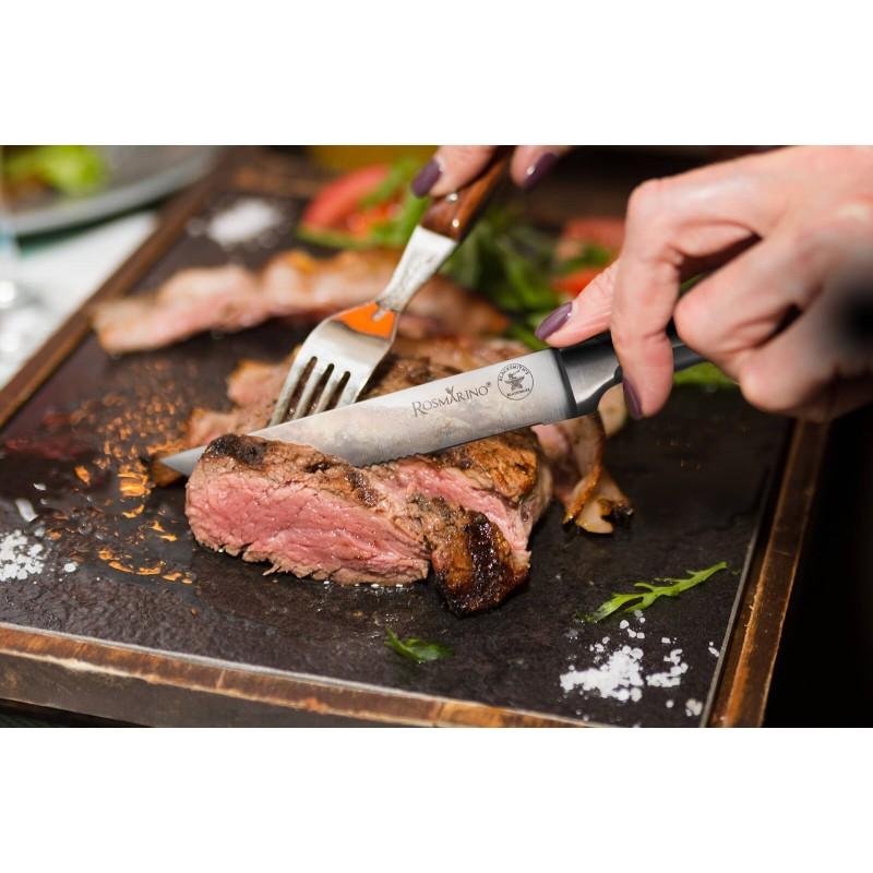 Popoln kuhinjski nož Rosmarino Blacksmith's Steak za vse kuharske mojstre ali začetnike! 2 setu dva noža predvsem za rezanje zrezkov. Rezilo je izdelano iz nerjavečega jekla nemške kakovosti, trpežen ročaj pa je iz brizgane visokokakovostne ABS plastike, kar omogoča maksimalne obremenitve. Profesionalna ostrina vam bo v veliko pomoč pri rezanju zrezkov in ostale hrane pri vsakodnevnih obrokih. Prednost noža je obojestransko ročno ostreno rezilo, pod kotom 15° za dolgotrajno ostrino in vzdržljivost. Nož je zaradi posebnega brušenja dodatno odporen na korozijo, rjo in madeže. Nož je enostaven za čiščenje pod tekočo vodo z malo detergenta.
