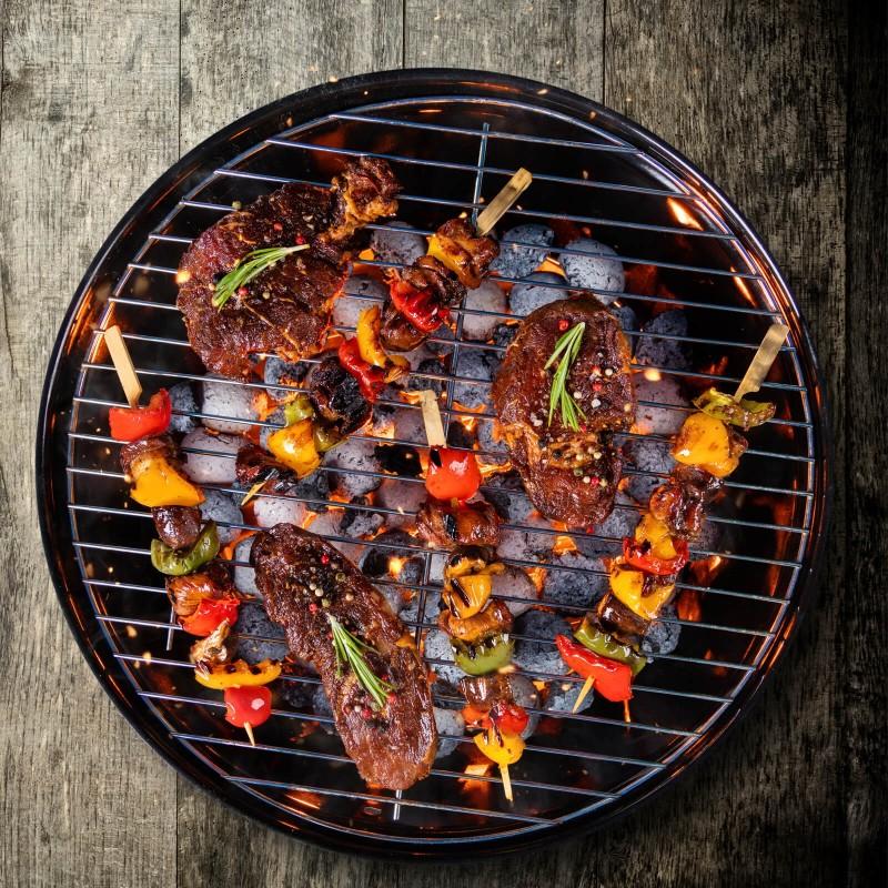 Priročen manjši žar na oglje Rosmarino Blacksmith's bo navdušil vse ljubitelje žara in pečenja na prostem. Ogrodje žara je iz trpežnega jekla, premazanega z emajlom za še večjo vzdržljivost na visoke temperature. Kormirana rešetka dimenzije 36 cm je ravno prav velika, da boste na njo spravili vse vrste mesa, rib in zelenjave. Pokrov omogoča pečenje s kroženjem zraka, zračna ventila na pokrovu in posodi pa poskrbita, da ogenj ne ugasne in enakomerno kroži po posodi. Idealna izbira, če želite meso in zelenjavo popestriti še z našimi sekanci za dimljenje, ki jih enostavno položite na oglje, neposredno pod meso za aromatizirano-dimljen okus hrane.