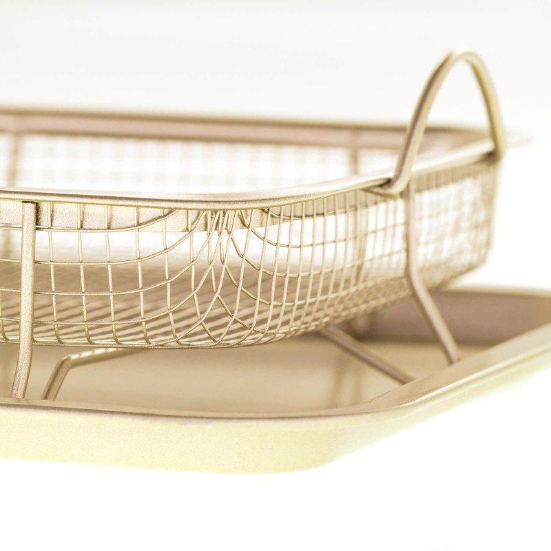 Pekač za pečenje in cvrtje z mrežico Rosmarino Baker Golden Crisper iz visokokakovostnega karbonskega jekla in modernega videza v zlati barvi bo vaš novi nepogrešljiv pripomoček pri peki. Zahvaljujoč jekleni mrežici, bodo meso, krompirček ali zelenjava med peko dvignjeni od pekača, vsa odvečna maščoba, ki se sprosti ob peki pa bo odtekla na dno pekača. Neoprijemljiv premaz z učinkom vročega kamna omogoča edinstven pristop k peki, saj boste lahko uporabili nič ali minimalno količino maščob. Zaradi sestave iz karbonskega jekla je pekač odporen tudi na visoke temperature, do 240 °C, primeren za hrambo v hladilniku in pomivanje v pomivalnem stroju. Idealen pripomoček za peko raznovrstnega mesa in zelenjave.