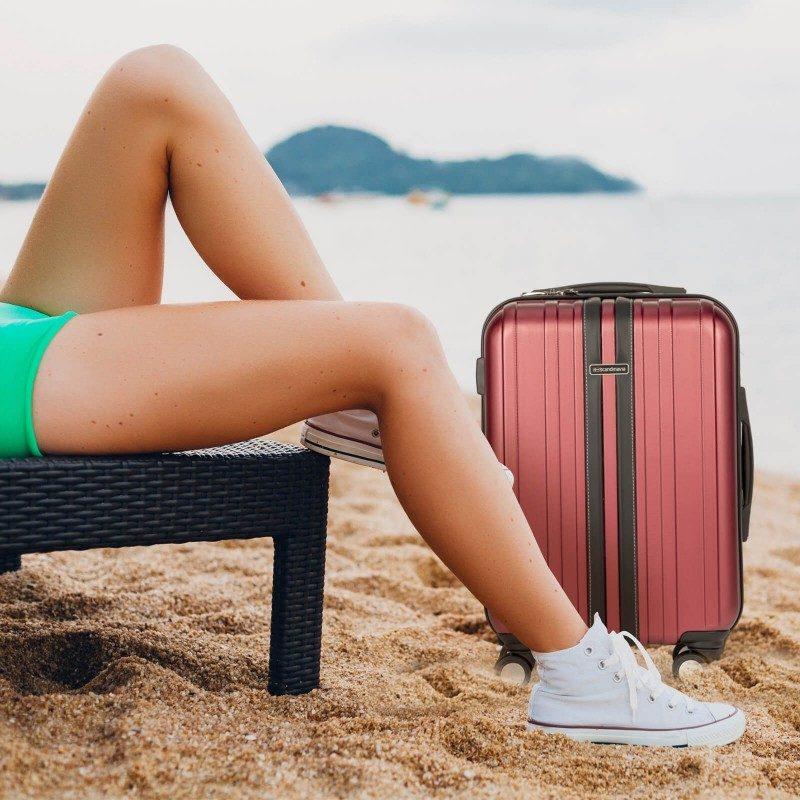 Trdi potovalni kovček Scandinavia predstavlja novo generacijo visokokakovostnih kovčkov iz vodoodbojne ABS plastike. Celotna kolekcija temelji na inovativnosti in izjemni vzdržljivosti, ki je preizkušena in dokazana na večih obremenitvenih testih. Vsi kovčki kolekcije Scandinavia imajo omejeno 5 letno garancijo in so na voljo v petih barvah in dveh velikostih.