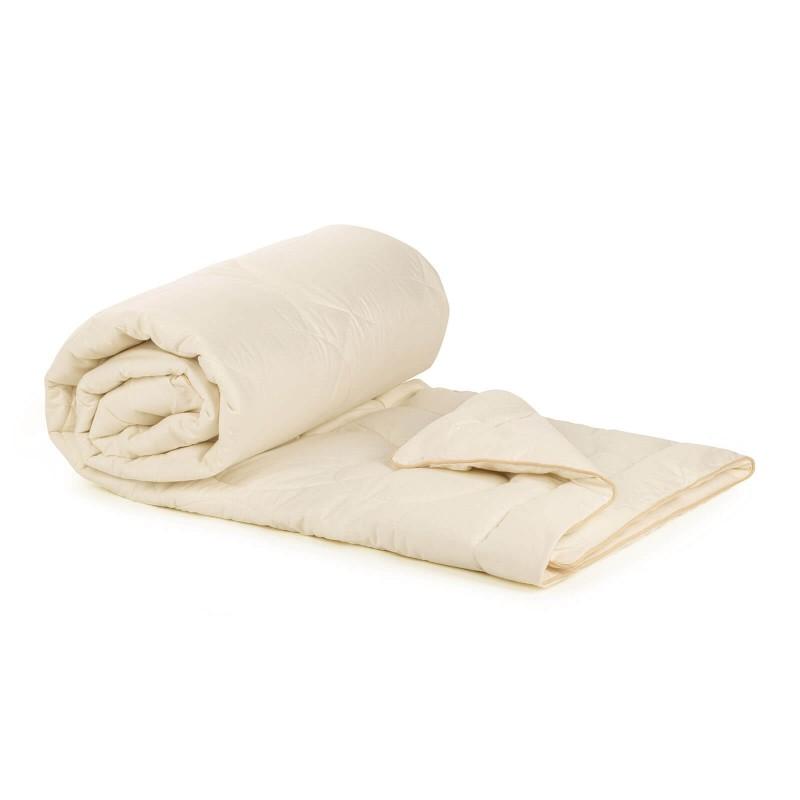 Celoletna odeja Bamboo Premium z bambusovimi vlakni vas bo razvajala z udobjem v vseh letnih časih. Bambusova odeja je popolna izbira za vse, ki cenite naravne materiale. 100 % nebeljen bombaž in bambusova vlakna s svojo izjemno sposobnostjo vpijanja in odvajanja vlage nudita udobje tistim, ki se med spanjem veliko potite. Odeja je v celoti pralna na 40 °C.