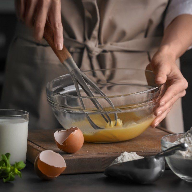 Kakovostno metlico lahko uporabljate za stepanje jajčnih beljakov, mešanje mehkih biskvitov in raznih omak. Narejena je iz trpežnega in neoprijemljivega najlona ter je še posebej primerna za uporabo pri posodah z občutljivim premazom. Udoben ročaj poskrbi za še lažji oprijem in uporabo. Po končani uporabi jo enostavno sperete pod tekočo vodo ali pospravite v pomivalni stroj.