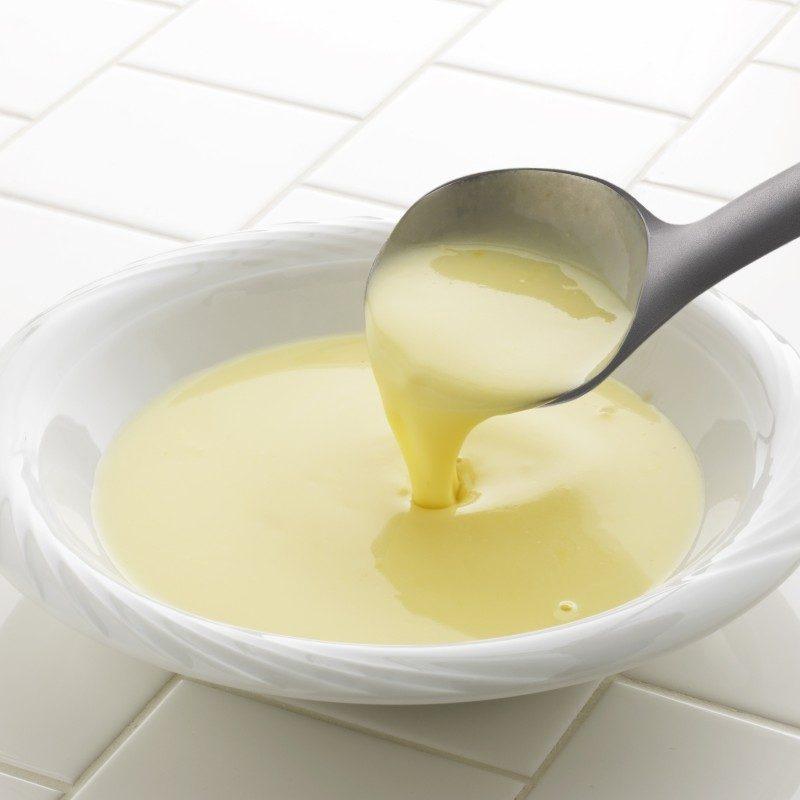 Kakovostno zajemalko lahko uporabljate za zajemanje in serviranje juh, golažev, enolončnic ali omak. Idealna velikost za ravno prav velike porcije. Narejena je iz trpežnega in neoprijemljivega najlona ter je še posebej primerna za uporabo pri posodah z občutljivim premazom. Udoben ročaj poskrbi za še lažji oprijem in uporabo. Po končani uporabi jo enostavno sperete pod tekočo vodo ali pospravite v pomivalni stroj.