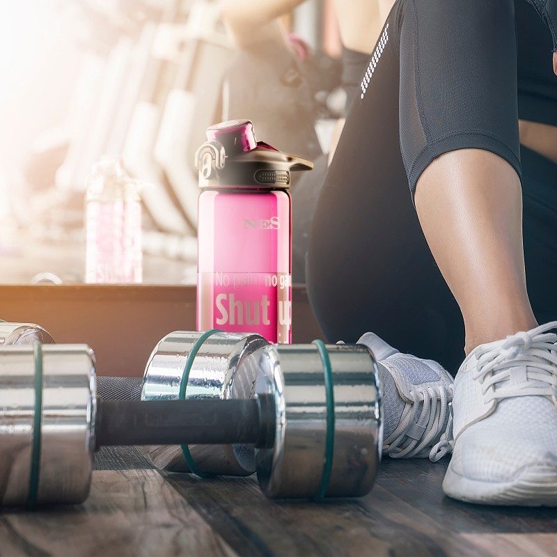 Priročna plastenka iz trpežnega tritana bo vaš najljubši sopotnik na poti v šolo, službo, izlet ali na telovadbo. Plastenka ne glede na položaj ne prepušča tekočine in je vodotesna. S pritiskom na gumb enostavno sprostite pitnik, ki je enostaven za uporabo, primeren za telovadbo ali kakšno drugo športno aktivnost. Plastenka ne vsebuje zdravju škodljivih snovi.