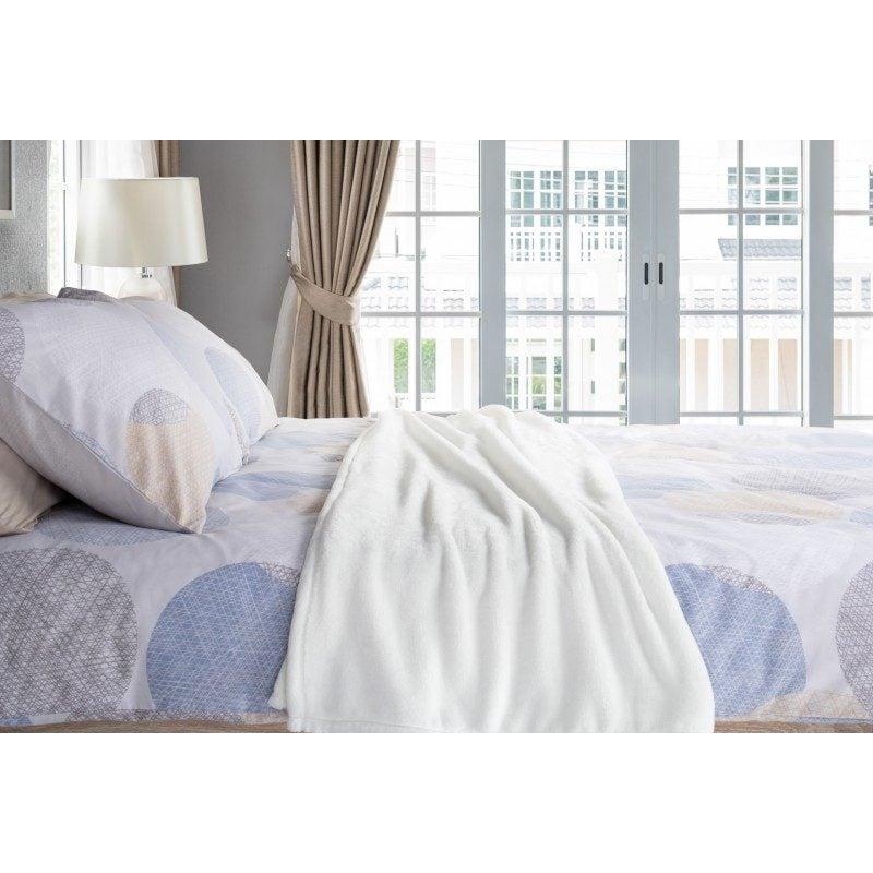 Mehka dekorativna odeja Anna iz kakovostnih mikrovlaken za prijetne trenutke udobja in sprostitev na vsakem koraku: v spalnici, dnevni sobi, na potovanju ali pikniku. Dekorativna odeja je lahko tudi odlično darilo, ki bo razveselilo vaše najbližje. Odeja je pralna na 40 °C.