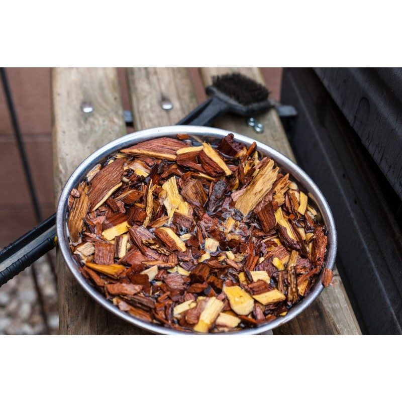 Za vse ljubitelje žara in popolno peko! Dodajte hrani še boljši okus in jo aromatizirajte s sekanci po svojem okusu. Lesni sekanci oddajajo dim, ki aromatizira meso. Vsaka vrsta lesa ima drugačen vonj in tudi drugačen vpliv na okus mesa. Okus murve ima sladkast okus in je primeren za vse vrste mesa in zelenjave.
