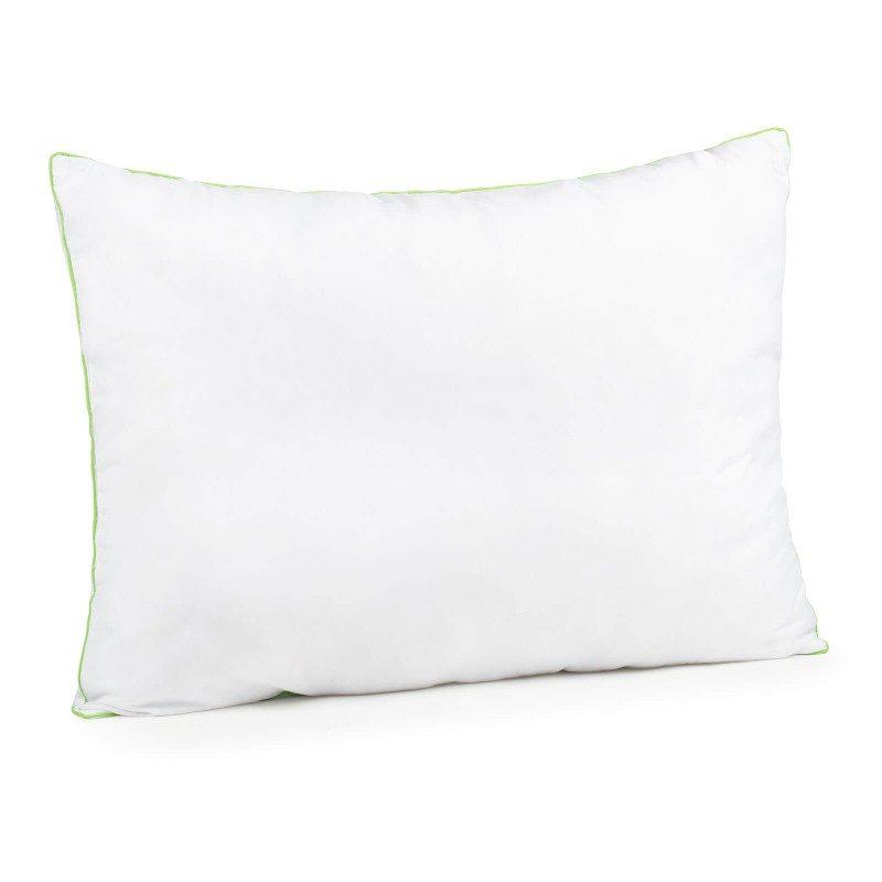 Klasična oblika vzglavnika Aloe Vera Evergreen vas bo prepričala s svojo univerzalnostjo, saj je vzglavnik primeren za vse spalne položaje in vse, ki vzglavnik med spanjem radi mečkate in zvijate. Prevleki vzglavnika je dodana esenca aloe vere za pomirjujoč občutek med spanjem. Vzglavnik je v celoti pralen na 40 °C.