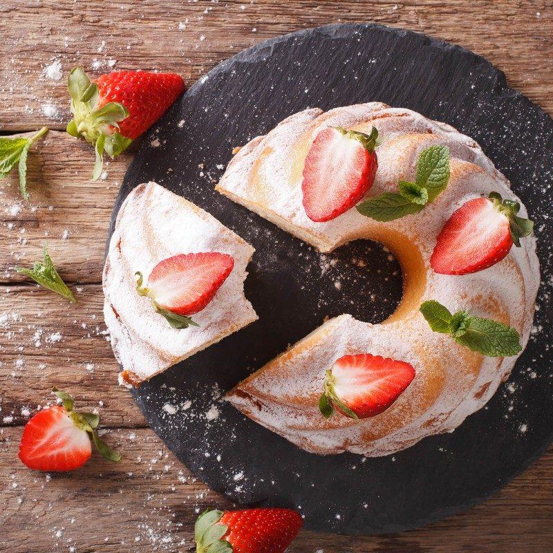 Pekač za potico ali šarkelj Rosmarino Baker Golden iz visokokakovostnega karbonskega jekla in modernega videza v zlati barvi bo vaš novi nepogrešljiv pripomoček pri peki. Neoprijemljiv premaz z učinkom vročega kamna omogoča edinstven pristop k peki, saj boste lahko uporabili nič ali minimalno količino maščob. Hrana se tako ne bo oprijela pekača, njeno odstranjevanje bo enostavno, brez uporabe kuhinjskih pripomočkov. Zaradi sestave iz karbonskega jekla je pekač odporen tudi na visoke temperature, do 240 °C, primeren za hrambo v hladilniku in pomivanje v pomivalnem stroju. Idealen pripomoček za peko potic in drugega podobnega peciva.