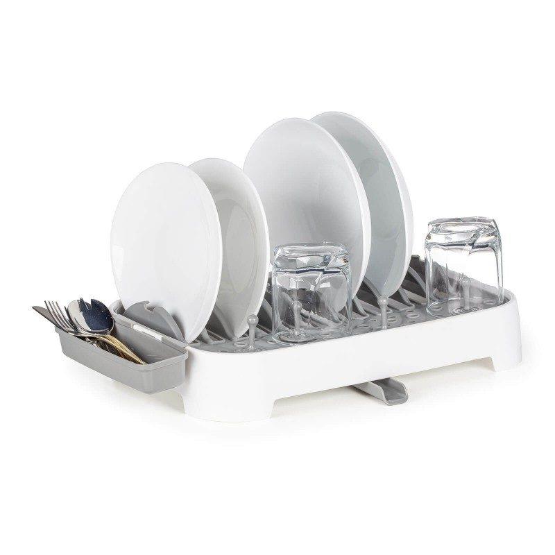 Izjemno praktičen odcejalnik posode je primeren za manjše kuhinje ali kampiranje, za vse, ki nimate veliko prostora za odcejanje in odlaganje pomite posode. Z inovativnim dizajnom boste prihranili prostor, hkrati pa vam zagotavlja vse, kar potrebujete. Dvostransko uporabna odcejalna plošča na eni strani z zatiči za vse tipe krožnikov, na drugi za lažje odlaganje loncev in ponev. Enostavno nastavljivi nastavki za kozarce, ki jih lahko poljubno premaknete tja, kjer vam najbolj ustreza. Stojalo za pribor je po želji nastavljivo na eno ali drugo stran odcejalnika. 360° vrtljiv odlivnik pa bo poskrbel za nemoteno odtekanje odvečne vode, ne glede na položaj ga lahko usmerite v pomivalno korito.
