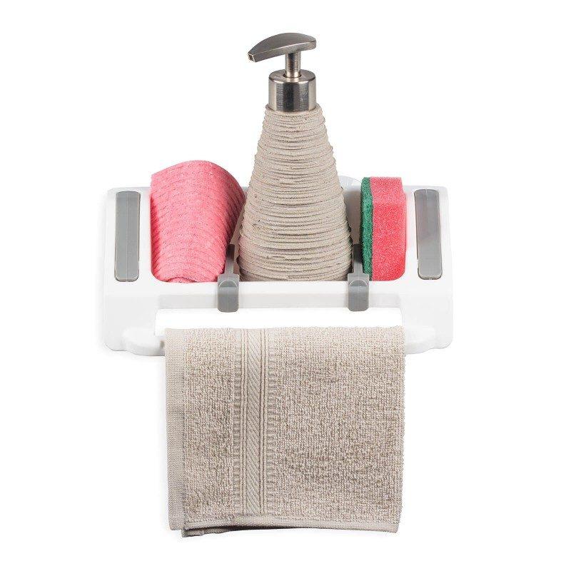 Majhen, a izjemno priročen kuhinjski organizator za hrambo čistilnih pripomočkov. Individualno odstranljivi in nastavljivi predeli za različne tipe kuhinjskih pripomočkov omogočajo enostavno in priročno hrambo vseh nujnih čistilnih pripomočkov. Priročno držalo je kot nalašč za obešanje gobaste krpe ali manjše kuhinjske brisačke. Organizator lahko s prisesalnimi nogicami enostavno pritrdite na kuhinjski pult, steno ali pomivalno korito, kjerkoli vam ustreza. Najbolj priročen in enostaven način za hrambo gobic, detergentov in drugih čistilnih pripomočkov - vse v eni posodi in na enem mestu.