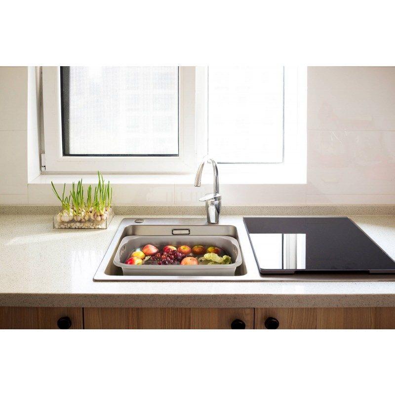 Izjemno priročna pomivalna postaja vam bo olajšala pomivanje posode in poskrbela za minimalno porabo vode med pomivanjem. Na dnu posode je odtočni čep, ki se ga enostavno privije v posodo, ko končate s pomivanje pa ga enostavno obrnite za 45 stopinj, s čimer spustite odvečno vodo iz posode. Čep ima vgrajeno mrežico, ki ulovi tudi najmanjše delce hrene in umazanije, ki tako ne odtečejo v pomivalni odtok. Čep lahko tudi popolnoma odstranite in tako samo v nekaj sekundah spraznite vso odvečno vodo v korito. Na robovih pomivalne postaje so odcejalne luknjice, ki pridejo še kako prav pri umivanju sadja ali zelenjave, saj tako odvečna voda ne prestopi robov, vam pa prihrani poplavo v kuhinjskem koritu. Idealna izbira za vsako kuhinjo, prikolico, kampiranje ali piknik, saj ne zavzame veliko prostora in je enostavna za prenašanje.