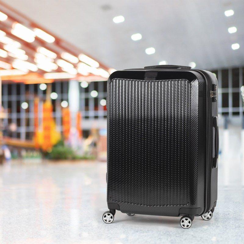 Trdi potovalni kovček Scandinavia Carbon Series predstavlja novo generacijo visokokakovostnih kovčkov iz vodoodbojnega polikarbonata z dvojno zadrgo in TSA ključavnico. Polikarbonat je visokotehnološki izjemno lahek material, odporen na udarce in praske. Celotna kolekcija temelji na inovativnosti in izjemni vzdržljivosti, ki je preizkušena in dokazana na večih obremenitvenih testih. Vsi kovčki kolekcije Scandinavia Carbon Series imajo omejeno 5 letno garancijo* in so na voljo v dveh barvah in dveh velikostih.