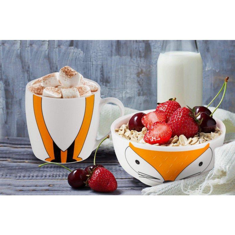 2-delni otroški set iz porcelana Rosmarino z motivom lisičke bo postal najljubši otrokov prijatelj pri zajtrku ali večerji. Skodelica je idealna za pripravo kosmičev, kaš, sadja, zelenjave, sladoleda in druge otroške hrane, medtem ko je šalčka primerna za pripravo vseh vrst napitkov, mleka, kakava ali čaja. Set je izdelan iz kakovostnega porcelana, primernega za uporabo v mikrovalovni pečici, shranjevanje v hladilniku in pranje v pomivalnem stroju. Glavna prednost porcelana je v tem, da se ne navzame vonja in okusa, je enostaven za čiščenje z dolgo življenjsko dobo. Idealna izbira za otroško darilo, s katerim boste narisali nasmeh na obraz vsakemu malčku.
