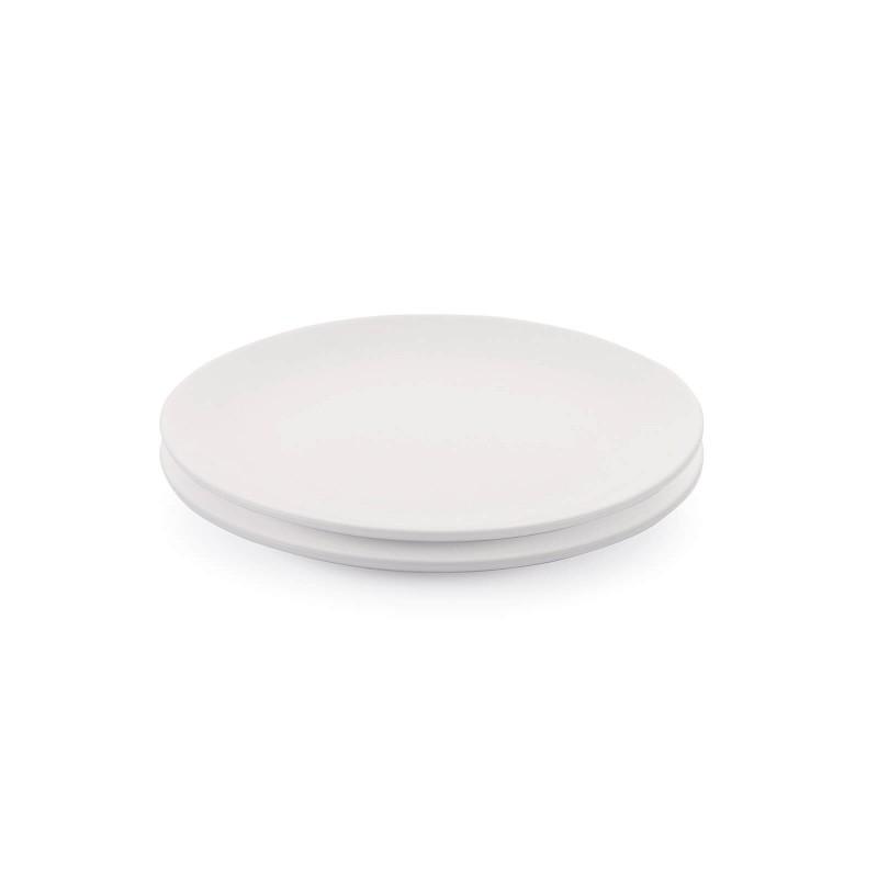 Linija porcelana Rosmarino Cucina Bianca navdušuje s svojim dovršenim dizajnom in snežno belino za brezmejno eleganco. Uživajte v svojih najljubših obrokih! Desertni krožnik je izdelan iz visokokakovostnega in vzdržljivega porcelana. Primeren je tako za serviranje sladic kot tudi ostalih manjših obrokov. Gladek in sijoč porcelan bo dodal vaši mizi klasično lepoto in dodano vrednost ter bo zagotovo navdušil tako domače kot goste. Porcelan s svojim videzom ni primeren le za domačo uporabo, ampak se s svojim prefinjenim izgledom odlično poda tudi v okolje profesionalne kuhinje.